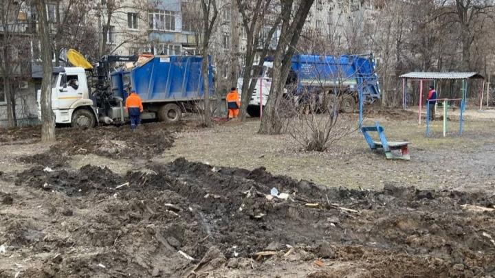 В центре Волгограда застрявшие мусоровозы распахали двор и развалили детскую площадку