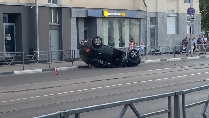 «Не гоняйте, пацаны»: появилось видео последствий ДТП с перевертышем у площади Куйбышева