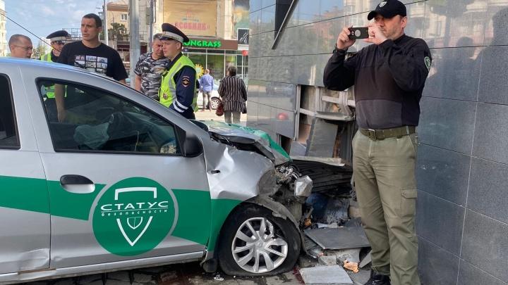 Руководство ЧОПа рассказало, почему экипаж вылетел на тротуар и протаранил ТРК в центре Челябинска