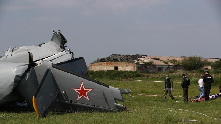 На Танае разбился двухмоторный самолет Л-410 — 15 страшных кадров с места трагедии