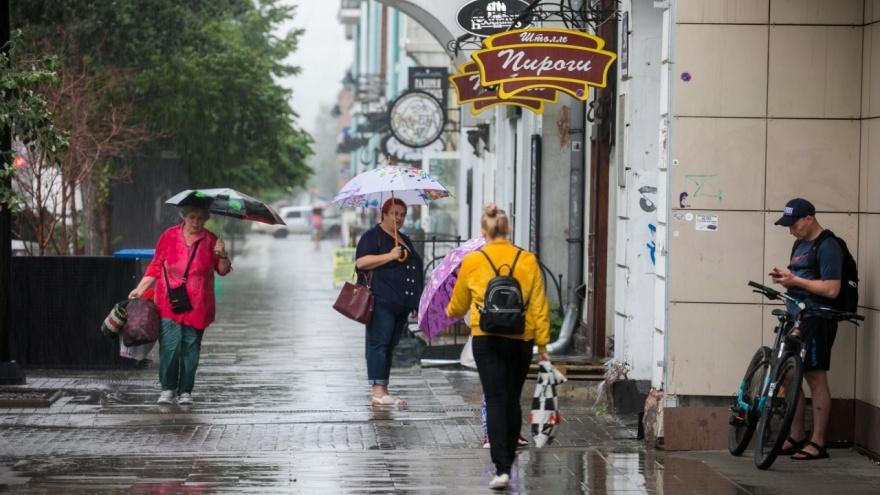 Поваленные деревья, дороги-реки и обрушенные стены: последствия ливня в Красноярске