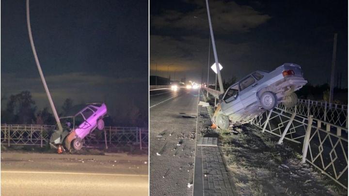 Буквально «обнял» световую опору: в Волгограде водитель «пятнадцатой» врезался в фонарный столб