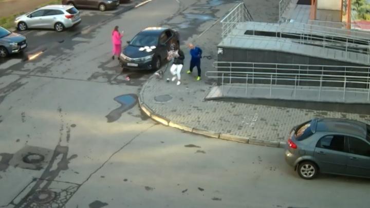 Челябинец выпорол ремнем шумную компанию девушек за кальян и танцы во дворе в 5 утра