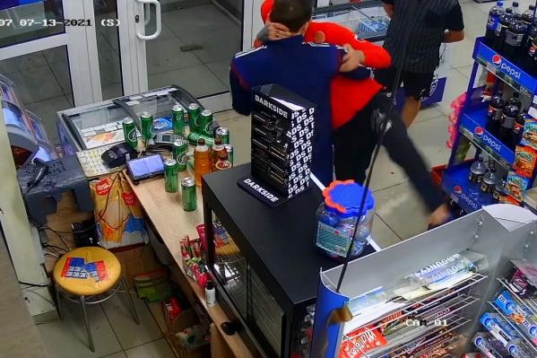 Потасовка в продуктовом магазине попала на видео