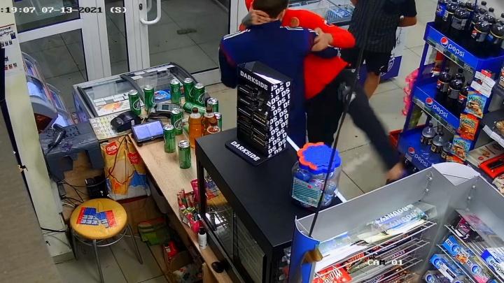 В Екатеринбурге парни устроили погром в магазине из-за банок пива: видео