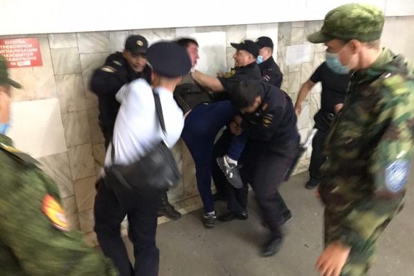 Полицейским пришлось применить силу, чтобы задержать дебошира