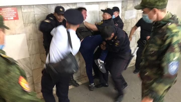 Мужчину с топором, который удерживал ребенка у «Маяковского», отпустили домой