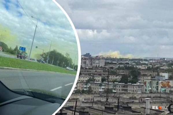 Яркий дым жители наблюдали со стороны завода ЕВРАЗ
