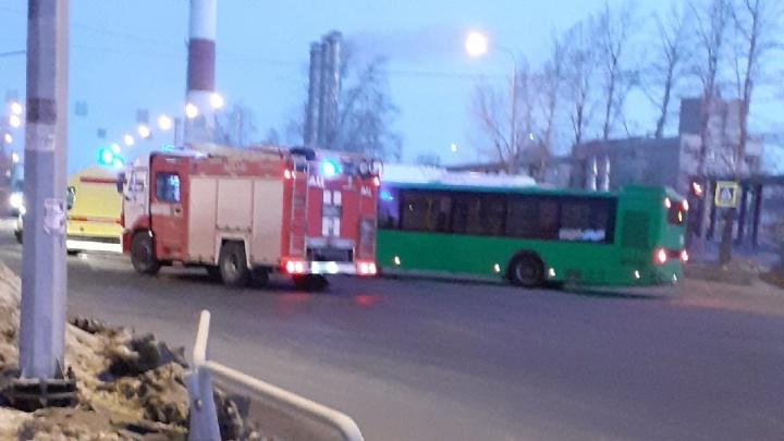 В Челябинске автобус на повороте лоб в лоб врезался в легковушку