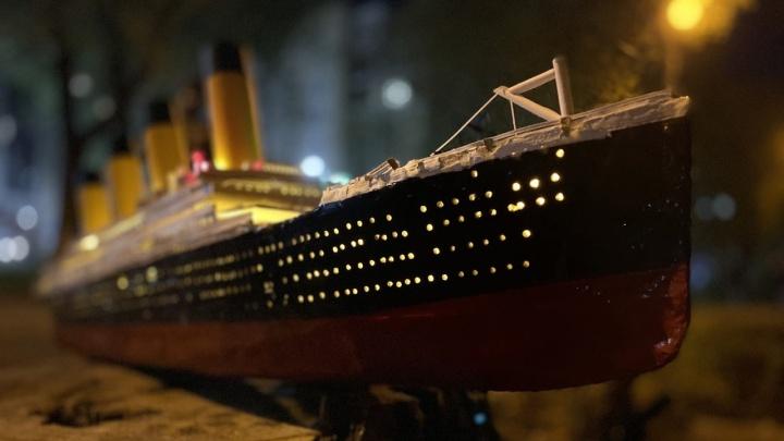 Офисный сотрудник собрал модель «Титаника» и запустил в Иртыш. Она светится!