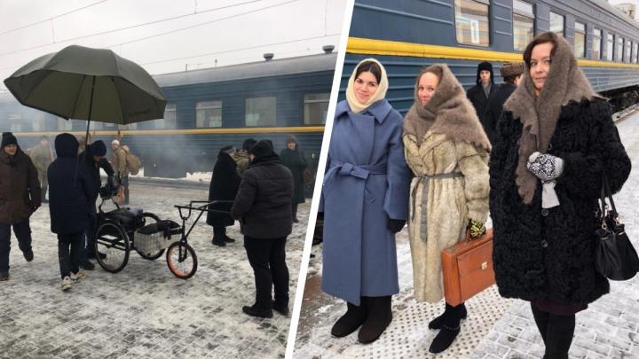 «Ощущение, что мы в прошлое попали!» На железнодорожном вокзале Екатеринбурга снимали пилот сериала