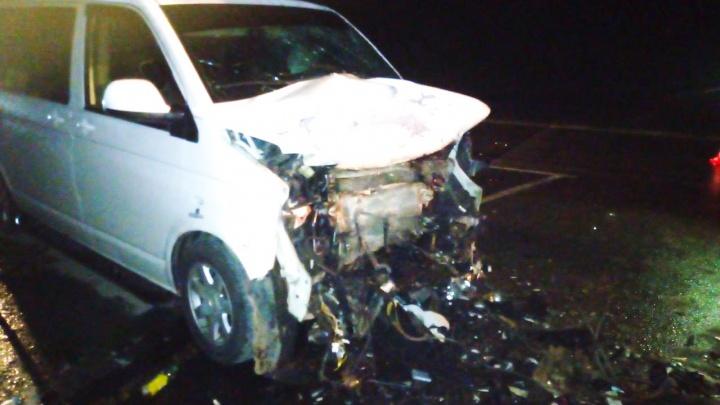 В Югре иномарка съехала с дороги и врезалась в припаркованный КАМАЗ