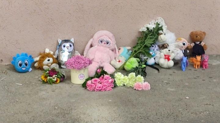 На месте убийства трехлетней девочки в Самаре устроили мемориал