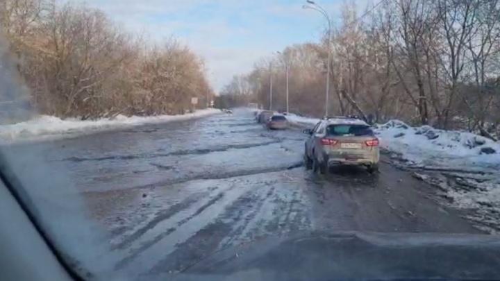 «Тут можно порыбачить». В Екатеринбурге затопило Сибирский тракт: видео
