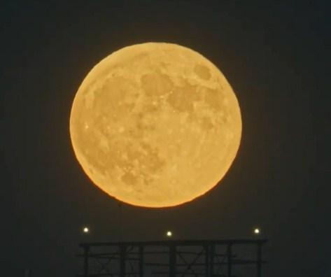 «Огромный ночной фонарь»: смотрим, каким увидели суперлуние в Челябинске