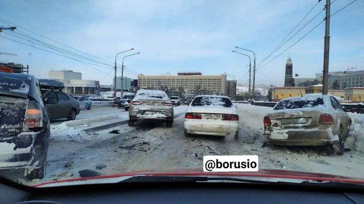 Таксиста выкинуло на встречку Коммунального моста: движение в сторону центра перекрыто