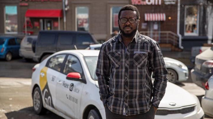 Состоятельный бизнесмен сбежал из родной Нигерии, где у него был личный водитель, чтобы таксовать в Сибири
