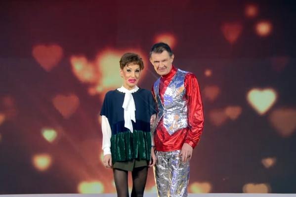 Сергей пришел в эффектном блестящем костюме и шляпе, а также с цветами и подарками. Ему удалось произвести впечатление на невесту Ольгу