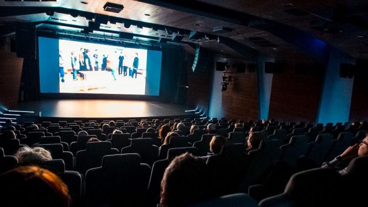 «Это не должно нравиться всем». Как работает кинозал в Ельцин-центре, где никогда не будет попкорна и «Мстителей»
