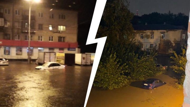Машины-лодки, дома без света и пожар в полиции: самые эпичные фото и видео потопа в Екатеринбурге