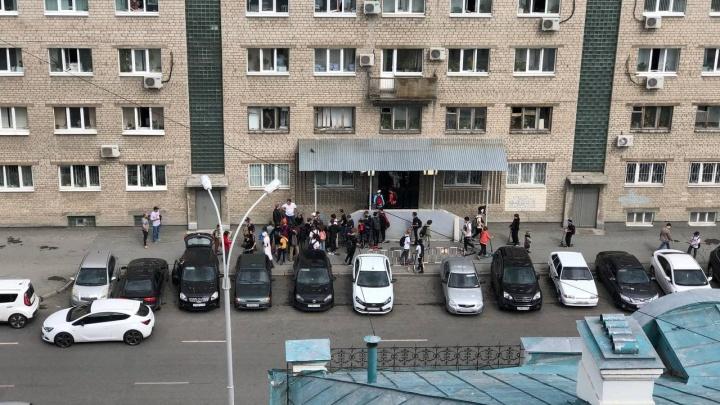 В самом центре Екатеринбурга толпа школьников избила мужчину из-за самоката