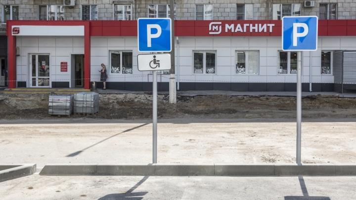 В Волгограде деревья вырубили ради парковки у магазина