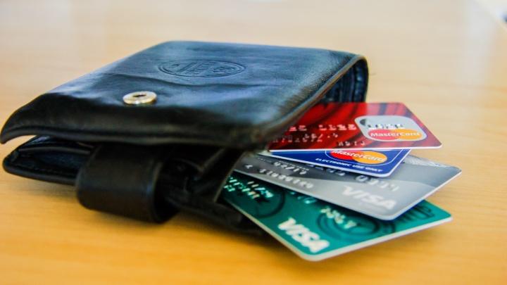 Банки стали выдавать кредитные карты новосибирцам менее охотно, а те не стремятся их брать