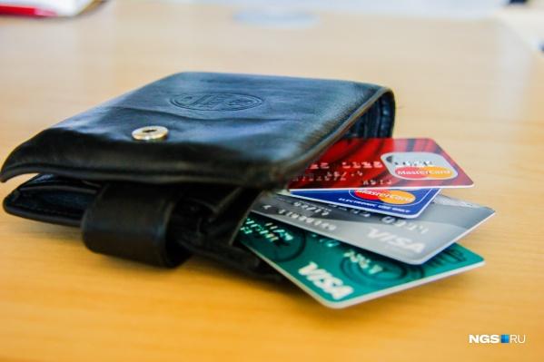 Выдавать кредитные карты меньше стали почти во всех регионах страны