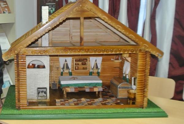 Кузбасские осужденные построили копию деревянной избы для школьников. Там есть даже посуда
