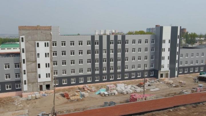 У будущего здания ГИБДД у «Самара Арены» смонтировали фасады: видео