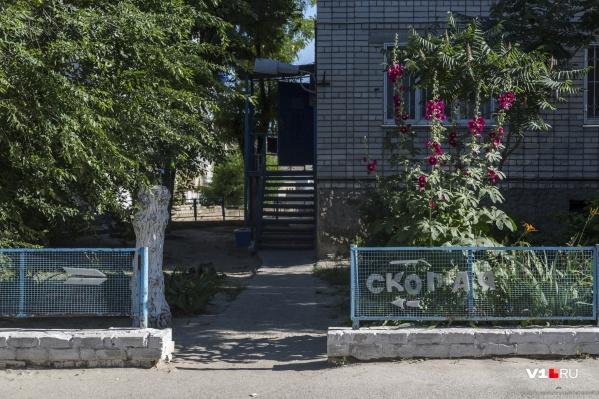 Жители поселка обсуждают смерть соседа, который ждал помощи три часа, но так и не дождался