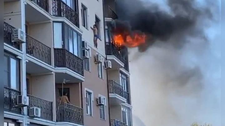 В Анапе жильцу пришлось вылезти на узкий карниз четвертого этажа, чтобы спастись от пожара