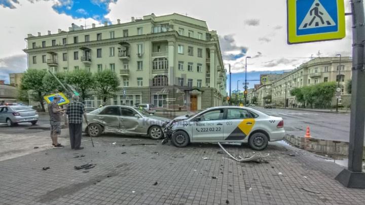 Водитель такси пролетел на красный в центре города и отправил в больницу двух пожилых женщин