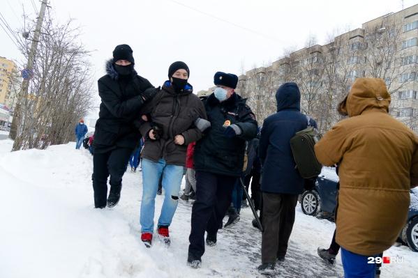 По ходу шествия полиция задерживала участников