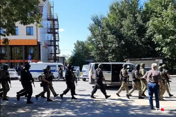 Возле отделения банка стоят спецтехника и вооруженные силовики