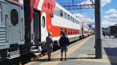 На вокзал Екатеринбурга прибыл первый туристический двухэтажный поезд: показываем его изнутри