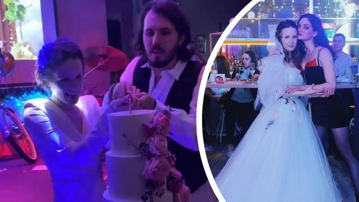 Лиза Монеточка и Витя Исаев сыграли свадьбу спустя месяц после регистрации. Видео