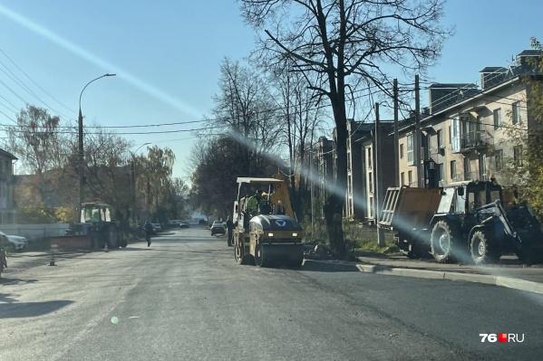Дорогу на проспекте Авиаторов еще ремонтировать и ремонтировать
