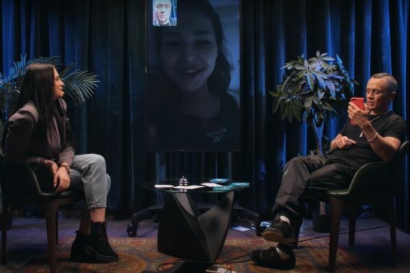 Илья Соболев (справа) ведет шоу YouTube.com «Можно ваш телефончик?»