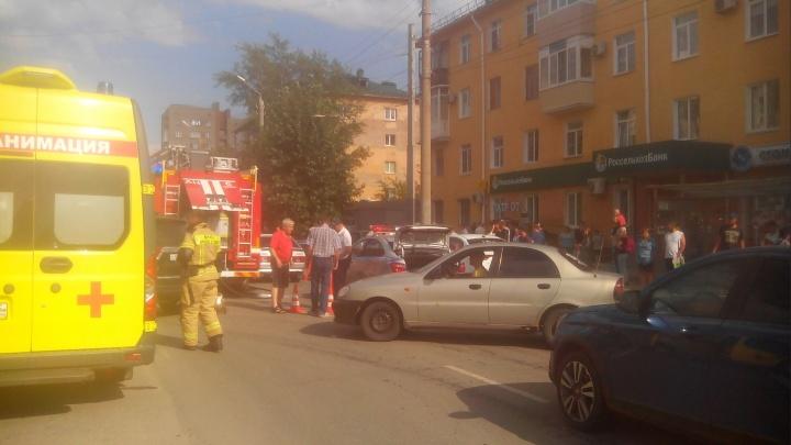 У Малунцева под машину попал велосипедист — прохожие подняли авто руками