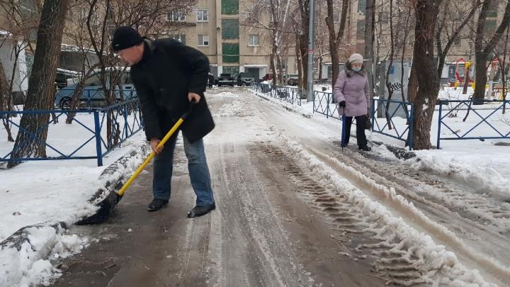 МЧС готовит пункты обогрева, дорожники обрабатывают трассы: Волгоград борется с последствиями стихии