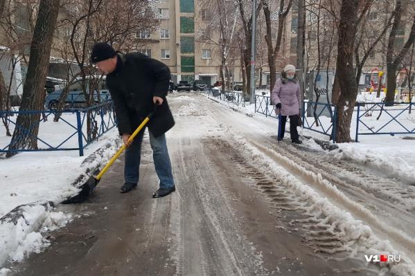 Дворник сегодняшним утром стал самым востребованным человеком в Волгограде
