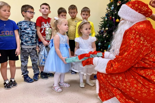 Маленькие котельниковцы были очень рады настоящему Дед Морозу