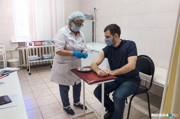 """О том, как вакцину перенесли корреспонденты NGS24.RU, читайте в нашем <a href=""""https://ngs24.ru/text/health/2021/01/29/69734496/"""" target=""""_blank"""" class=""""_"""">материале</a>"""