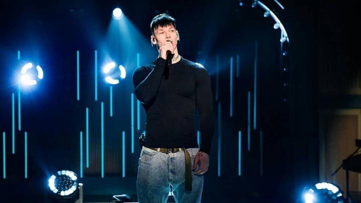 «Такой натуральный Чебурашка!» Уральский певец Niletto пришел в шоу к Урганту и спел «Голубой вагон»