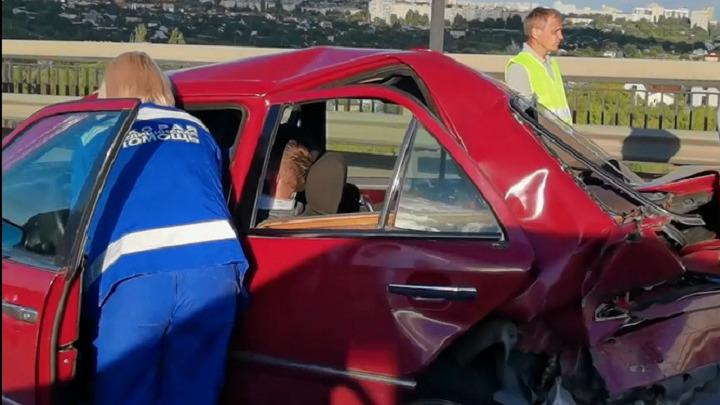 Mercedes в «Оку» превратился: последствия жесткого ДТП в Волгограде попали на видео
