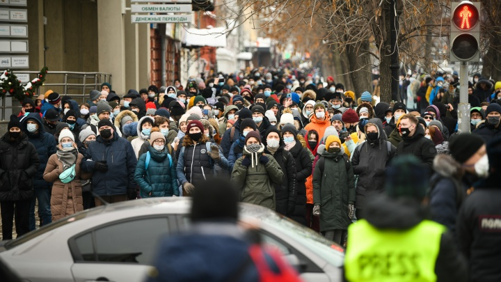 «Люди по-прежнему умирают». Врачи разошлись во мнениях о том, увеличат ли митинги число больных COVID-19