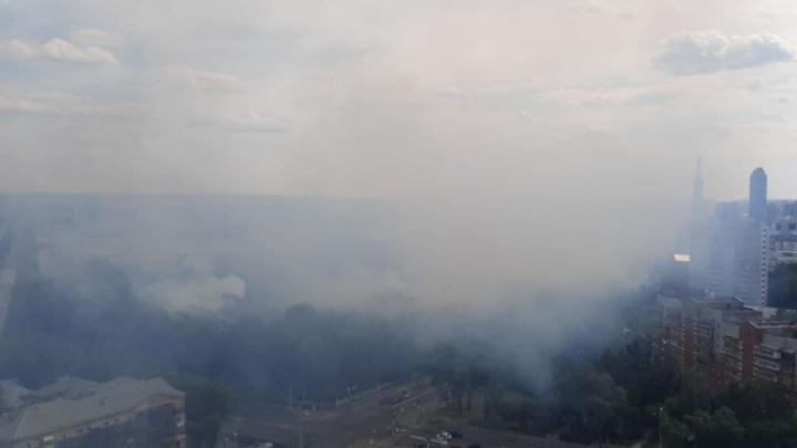 В Екатеринбурге загорелось Михайловское кладбище. Огонь подобрался к памятнику дятловцам