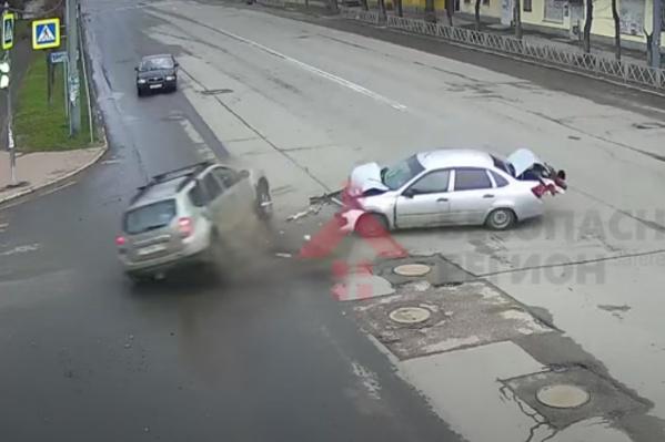 Машины столкнулись на перекрестке