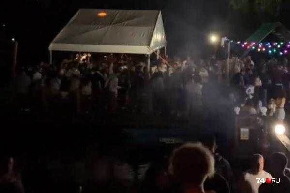 """В минувшие выходные на берегу Тургояка организаторы музыкального фестиваля собрали толпы зрителей, несмотря на напряженную обстановку с <nobr class=""""_"""">COVID-19</nobr>"""